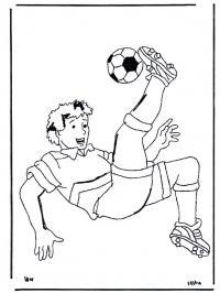 Футболист бьет мяч через себя Распечатать раскраски для мальчиков